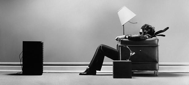 how-to-choose-a-hi-fi-ampifier-man-listening-to-music.jpg